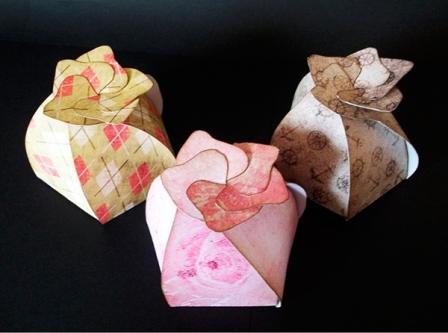 Подарункова коробочка у вигляді квиткового бутону