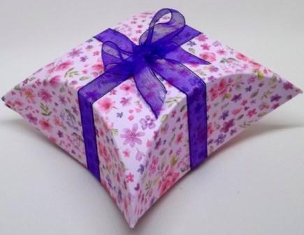 Подарункова коробка зі стрічкою