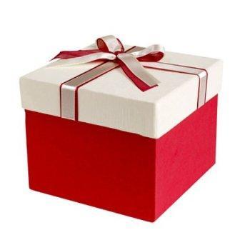 Подарункова картонна коробка