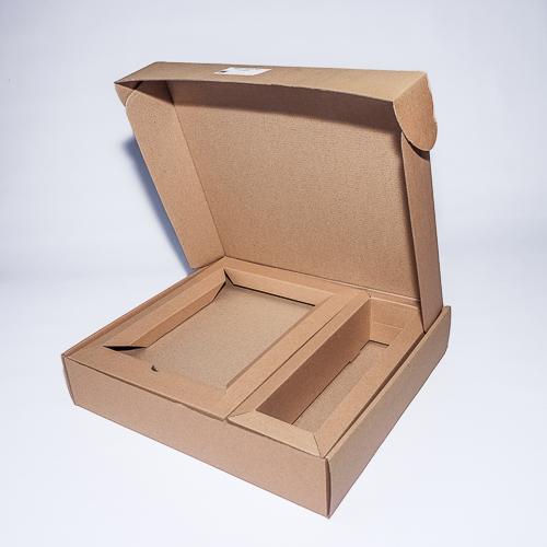 Картонная коробка с внутренними дополнительными элементами