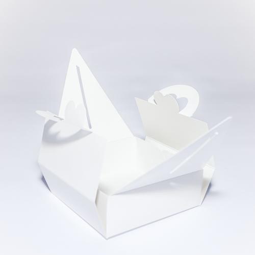 Подарочная коробка из мелованного картона с ручкой